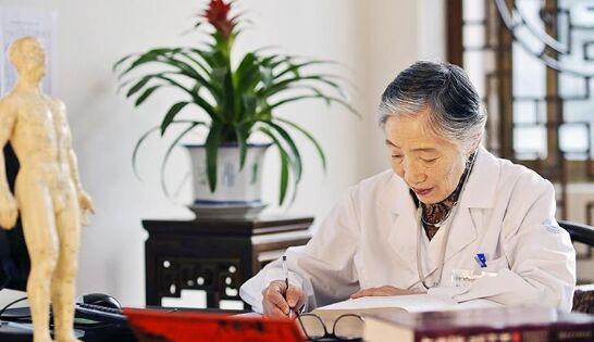 90岁的她,依然走在治病救人的道路上……